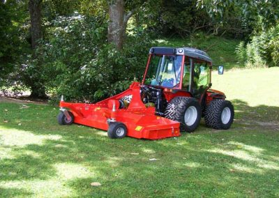 Full width rear roller follows ground contour and prevents scalping